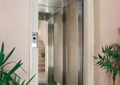 Cabina ascensore moderno con illuminazione a led