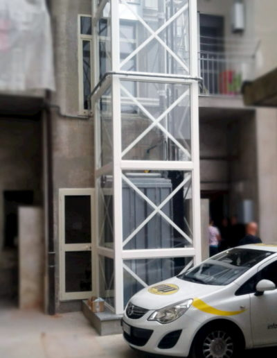 colonna ascensore esterna struttura bianca