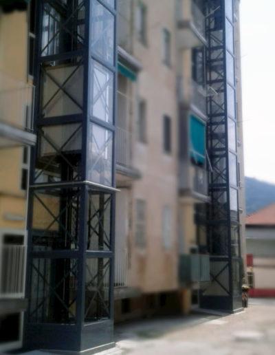 doppia colonna esterna ascensori con struttura metallica scura