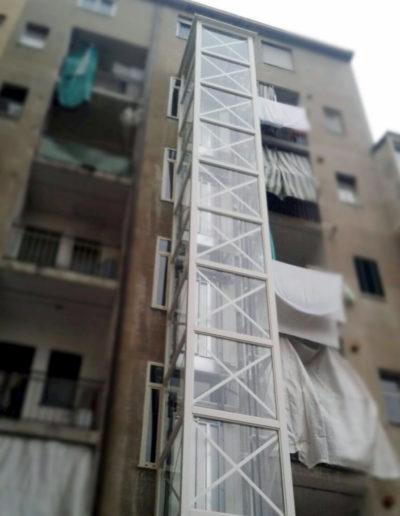 colonna esterna ascensore con struttura metallica bianca